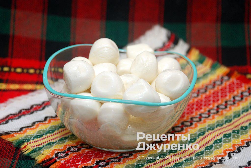 Моцареллу можно использовать в виде небольших шариков.