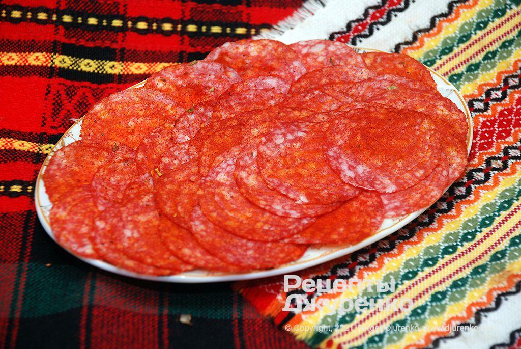 Пепперони или салями для начинки должна быть тонко нарезана.