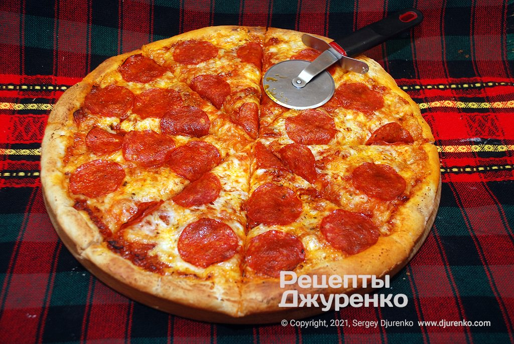 Домашняя пицца пепперони.