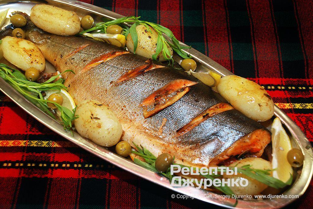 Горбуша в духовке, запеченная с ароматными травами и картофелем.