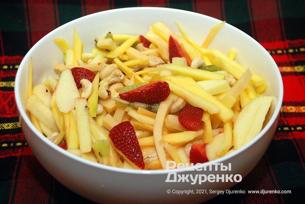 Перемішати усі фрукти і розкласти в тарілки для подачі.