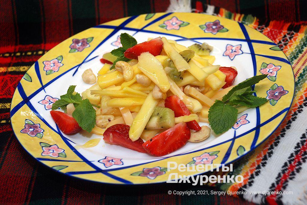 Салат с манго и добавкой яблока, киви, кешью, сыра и меда.