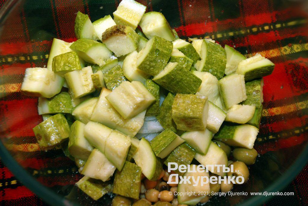 Крупно нарізати кабачки і додати їх в закуску.