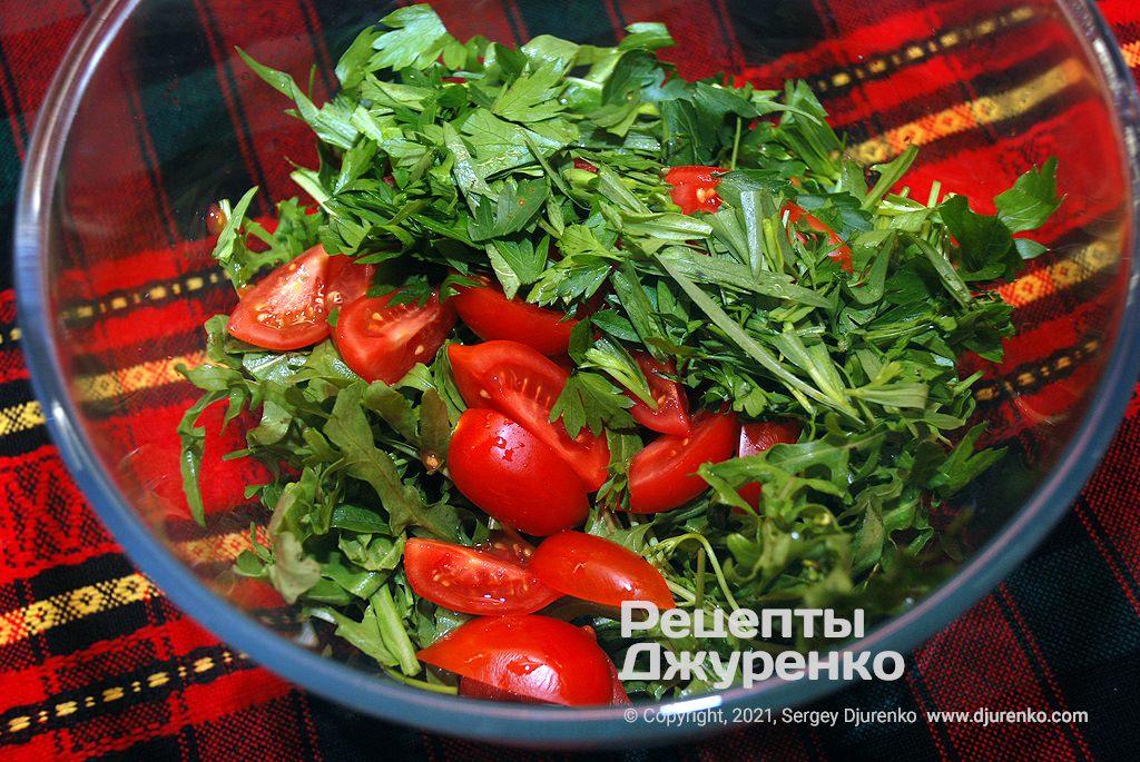 Добавить измельченные томаты и всю пряную зелень.