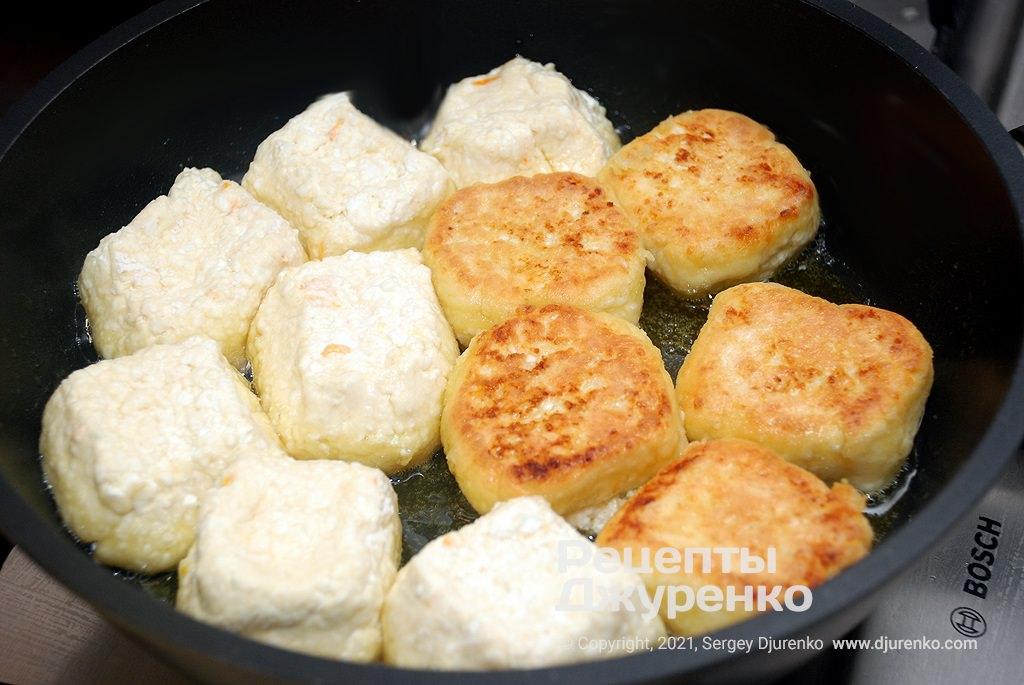 Перевернуть сырники и жарить их до полной готовности.