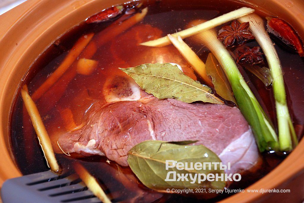 Покласти м'ясо в каструлю, залити водою зі спеціями і соусами.