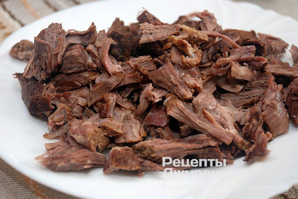 Відвар злити а м'ясо нарізати на шматочки.