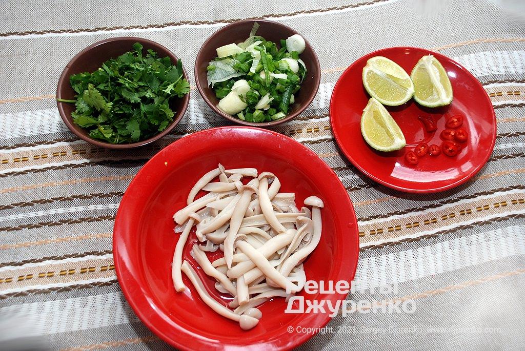 Підготувати зелень і добавки для подачі томатного супу.