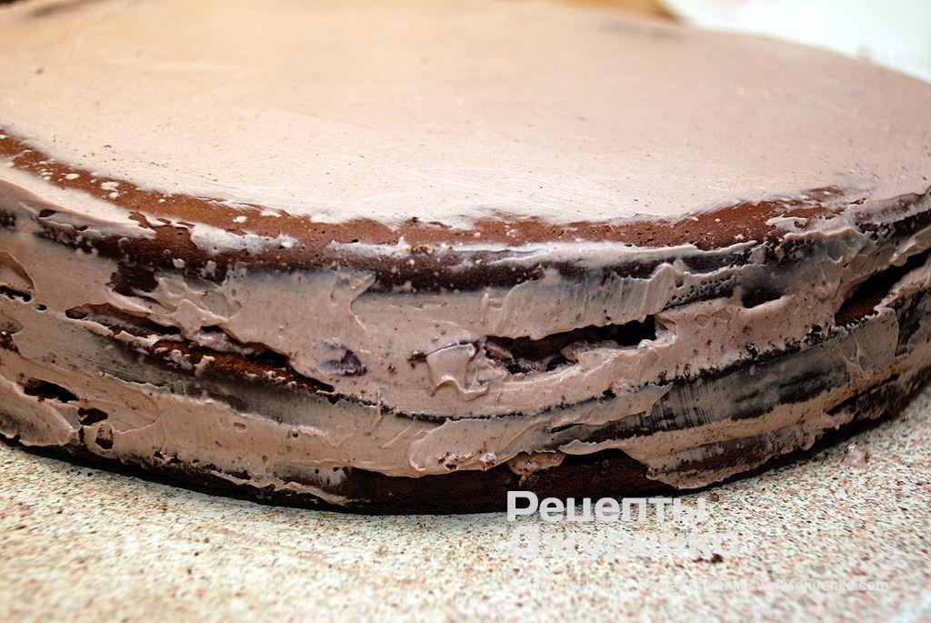 Верх і боки торта змастити кремом без вишень.