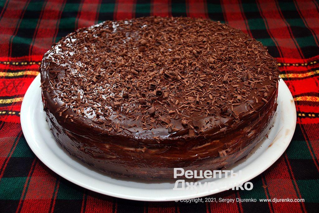 Рясно посипати торт шоколадною стружкою.