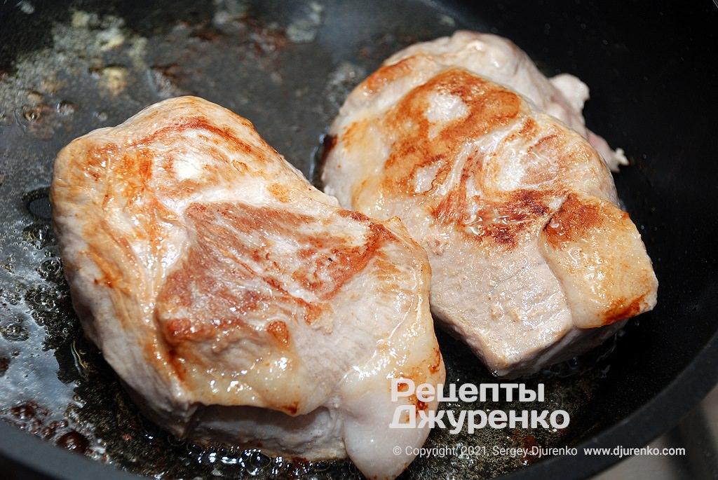 Обсмажити шматки м'яса в жирі до рум'яної скоринки.