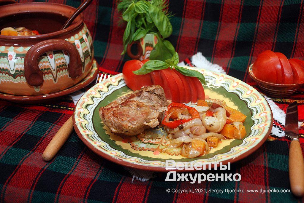 Готова страва Печеня в горщику - обсмажена свинина тушкована з овочами.