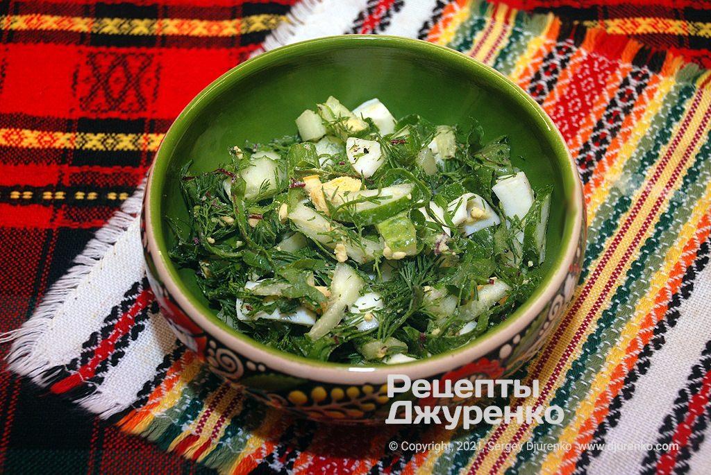 Разложить нарезанные овощи в миски и залить свекольным отваром.