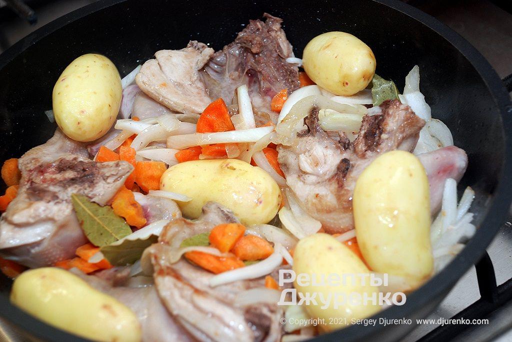 Добавить очищенный молодой картофель и влить воду.