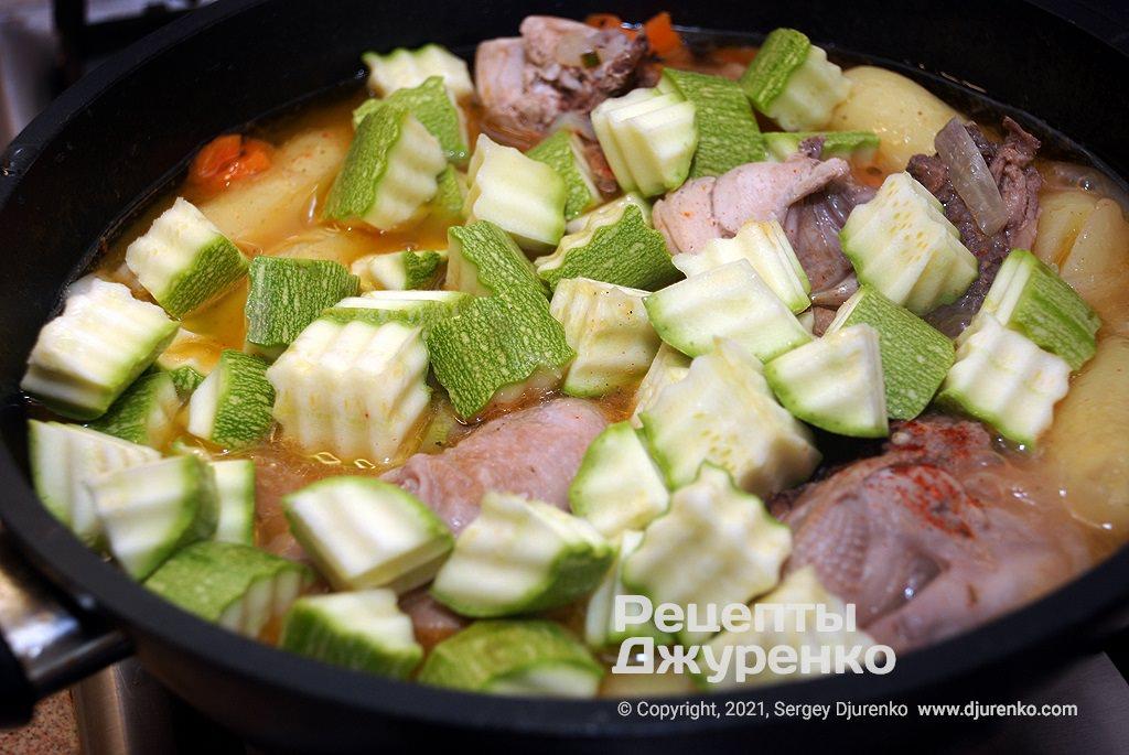 Молодые кабачки нарезать кубиками и тушить вместе с курицей и овощами.