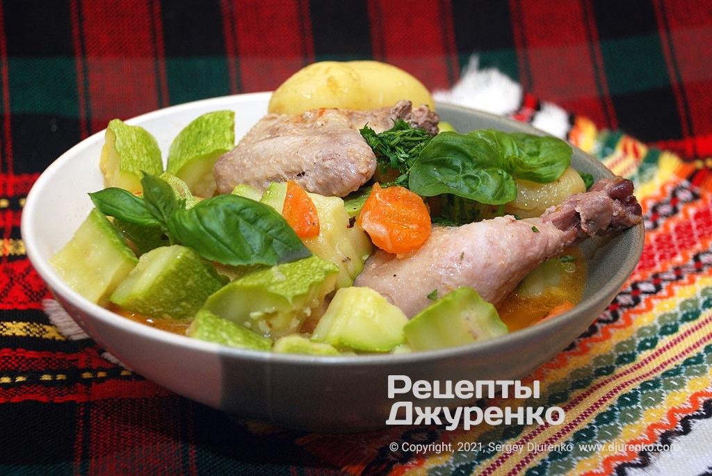 Курица с кабачками, луком, морковкой и молодой картошкой.