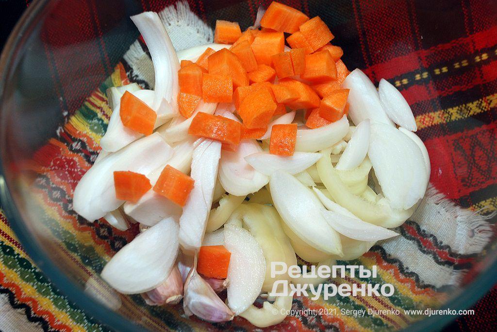 Овощи очистить, нарезать и сложить в миску.