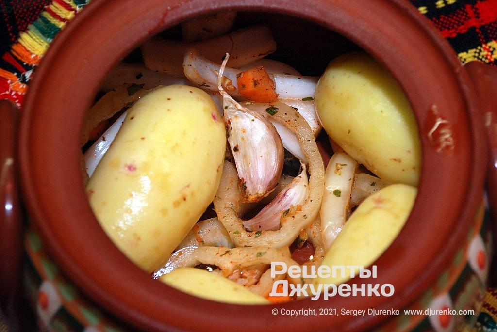 Уложить в горшок часть овощей,  затем куски курицы и картофель.