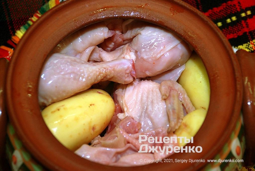 Куски курицы надо засыпать оставшимися овощами.