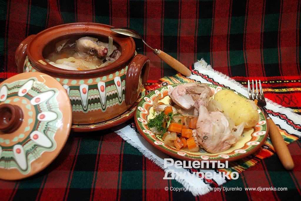 Курица в горшочке тушеная с молодым картофелем и овощами.