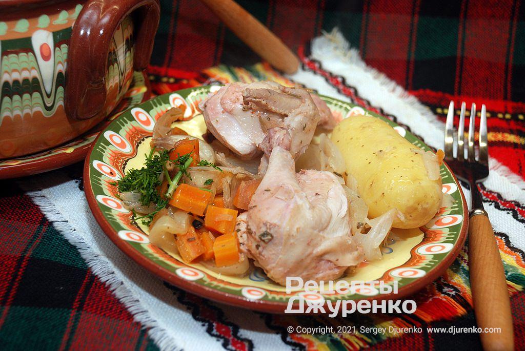 Тушеное блюдо надо выкладывать ложкой из горшочка на тарелку во время обеда.