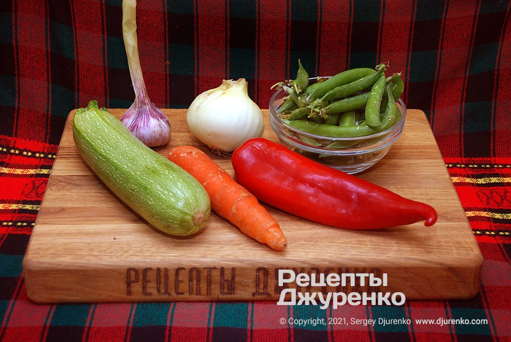 Молодые овощи для соуса к спагетти.