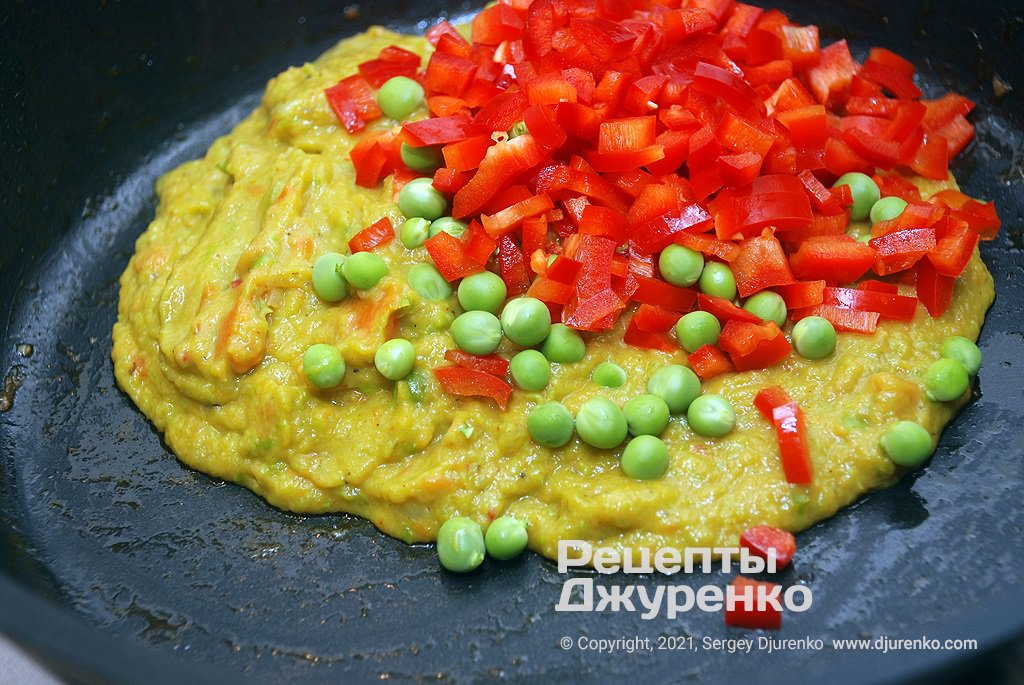 Измельчить овощное пюре и добавить сладкий перец.