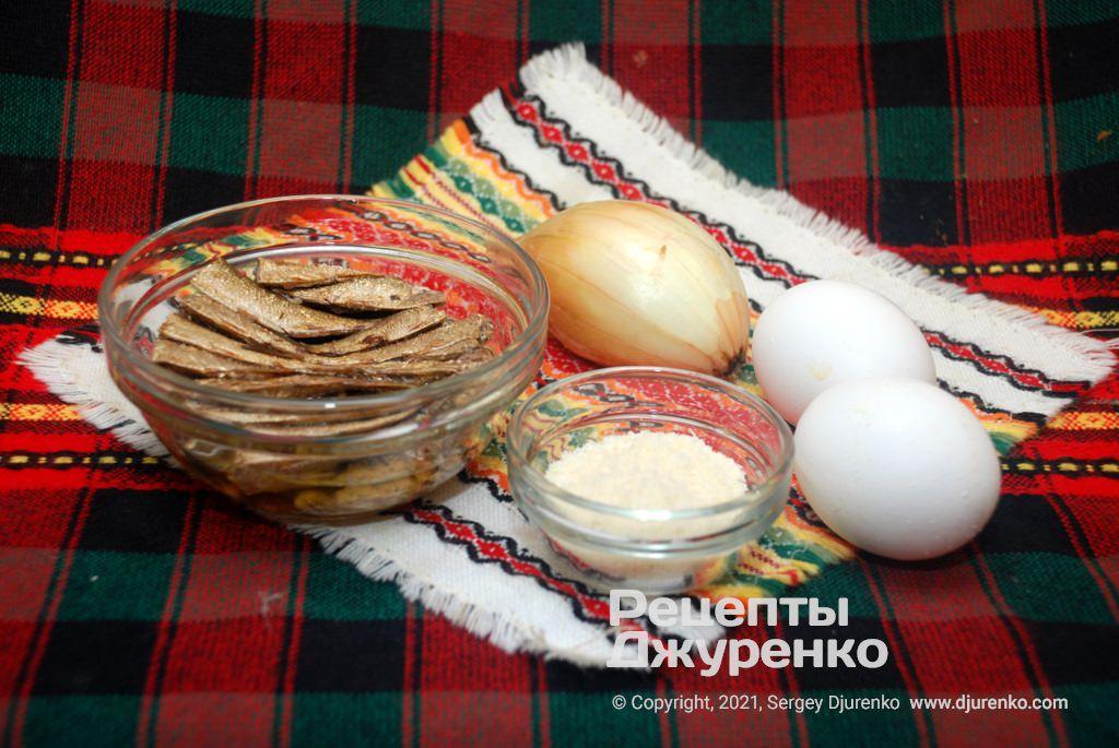Одна банка шпротів в олії, яйця, цибуля і сир - інгредієнти для закуски.