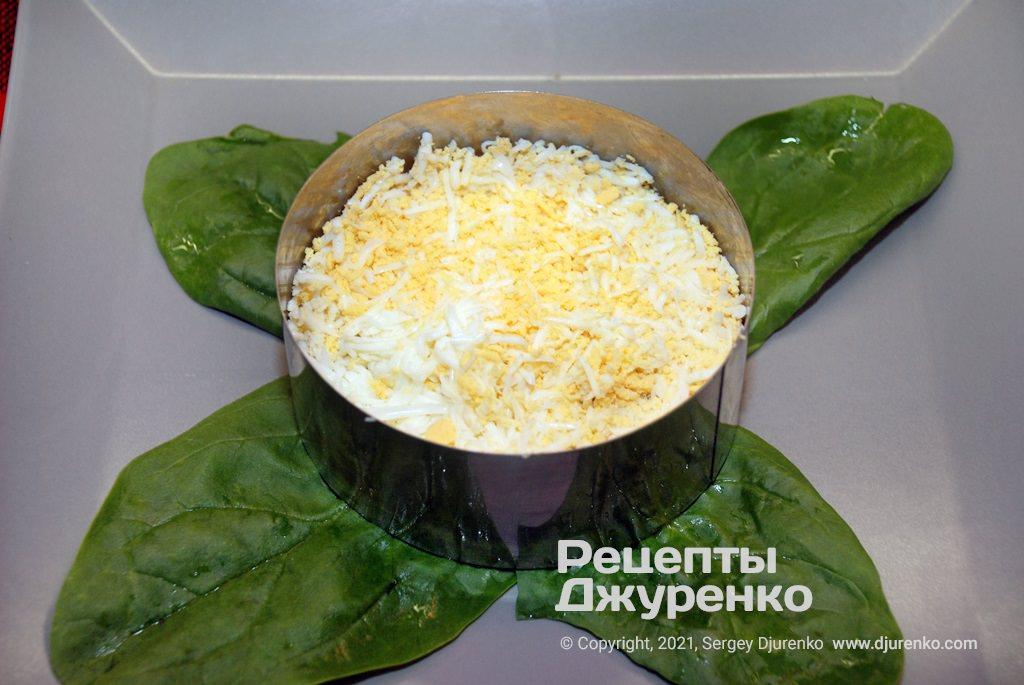 Круто зварене яйце можна натерти на тертку або нарубати ножем.