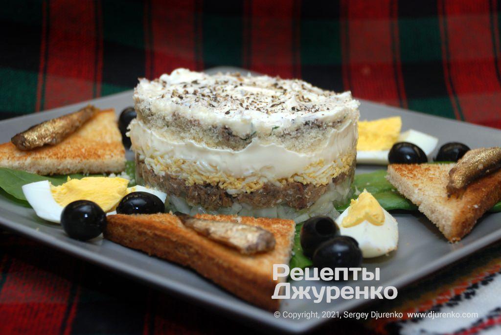 Салат со шпротами - закуска с луком, яйцами, сыром и майонезом.