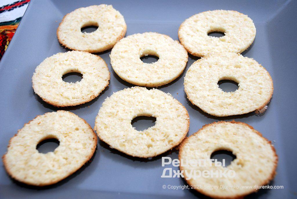 Разрезать бисквитные заготовки на две части.