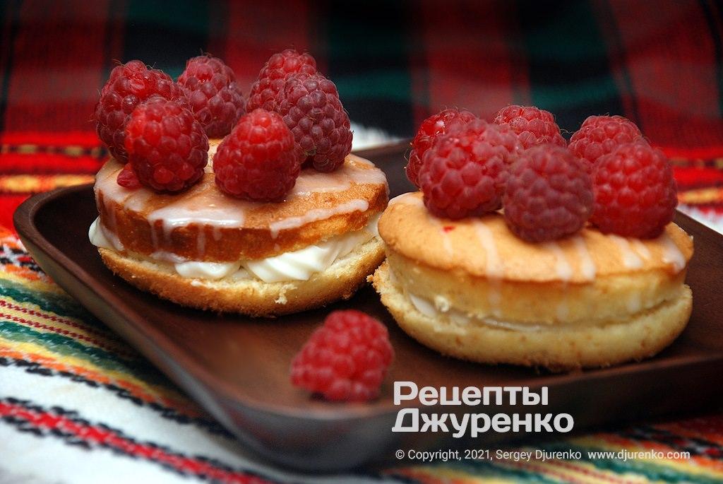 Бисквитные пирожные с кремом.