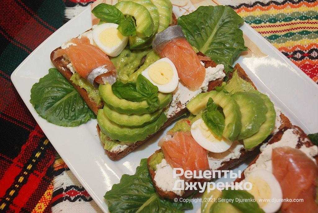 Бутерброды с авокадо и ломтиками малосольной красной рыбы.