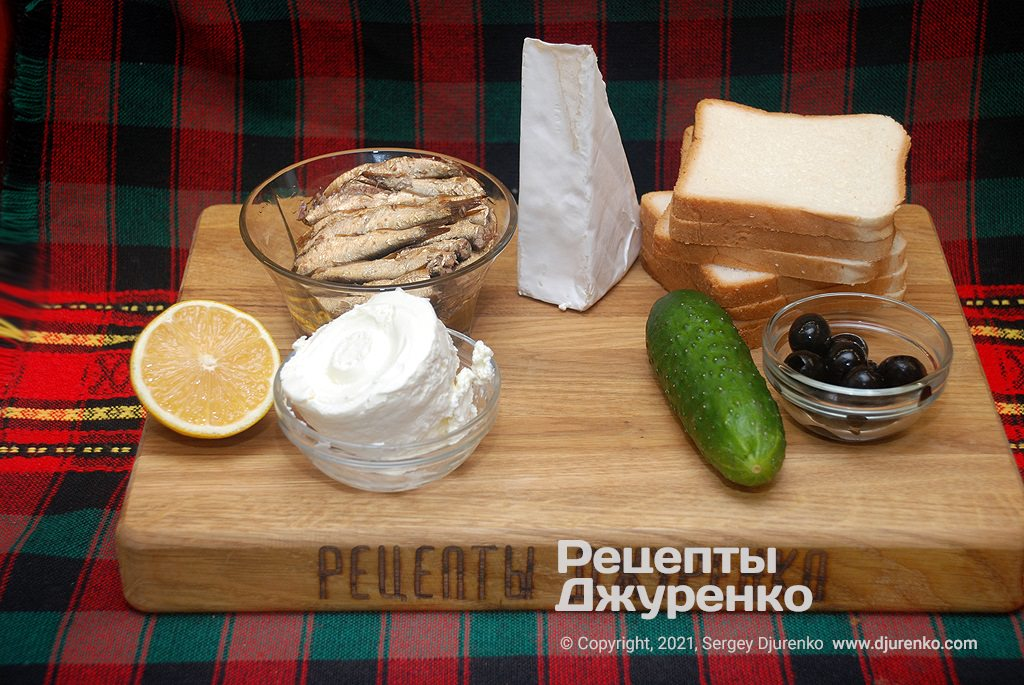 Хліб, шпроти, сир і овочі для бутербродів.