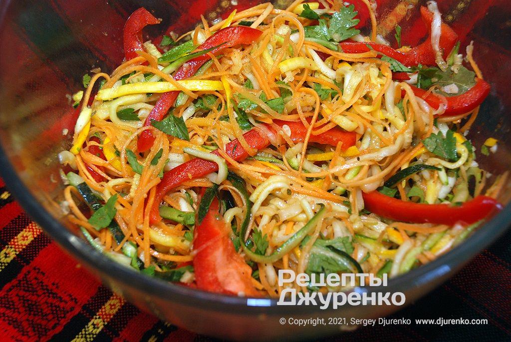 Добавить к овощам кунжутное масло, уксус и поставить под гнет.