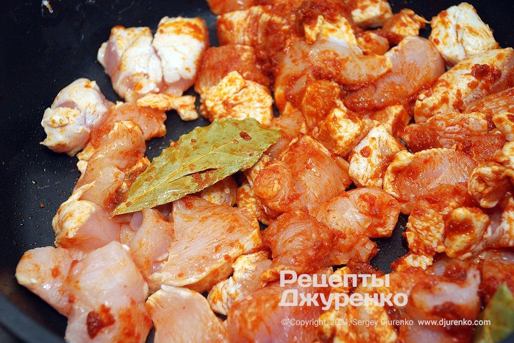 Обсмажити шматочки курячого філе, додати картоплю і моркву.