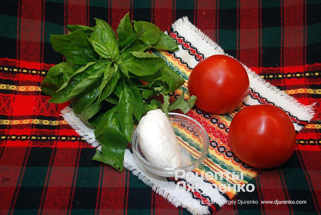 Стиглі червоні томати, сир і зелень для начинки.