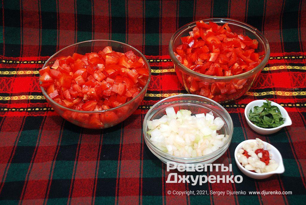 До начала приготовления надо нарезать все овощи.