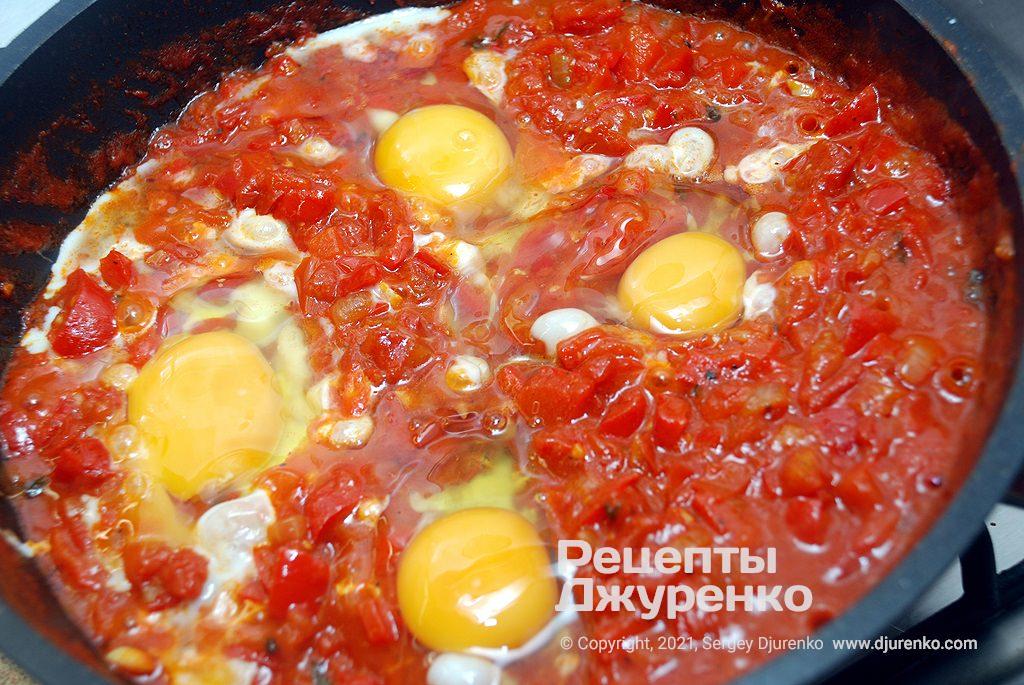 В соусе сделать углубления и выпустить в них яйца.
