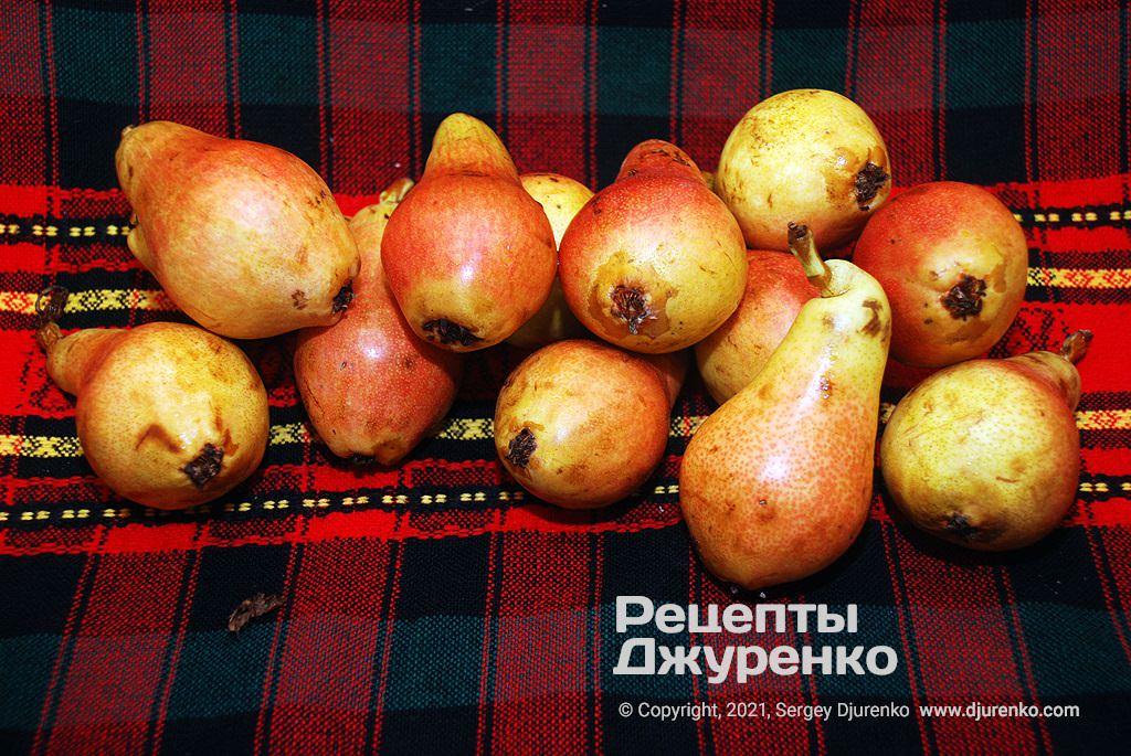 Стиглі соковиті літні груші для пирога.