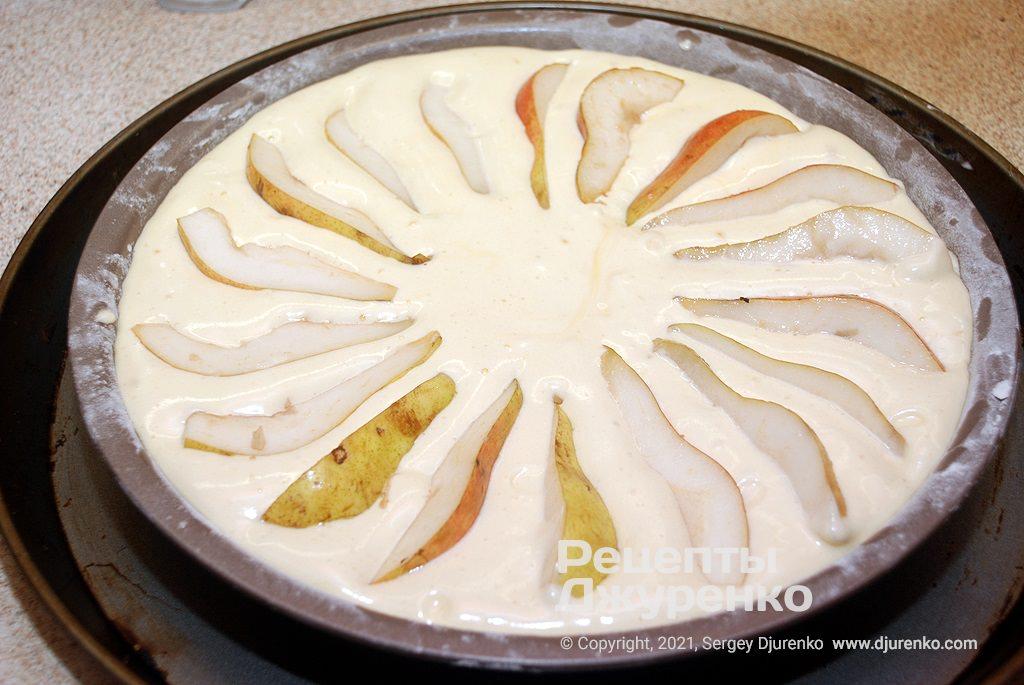 Поверх тіста розкласти усі груші.