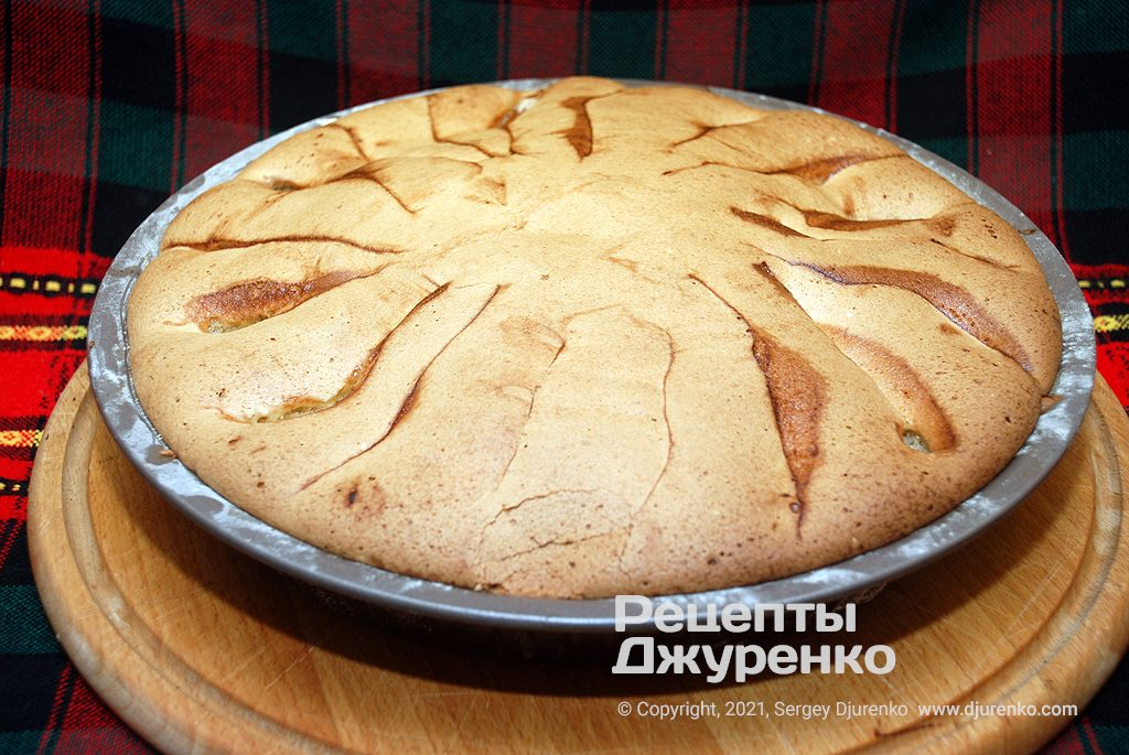 Випікати шарлотку до готовності бісквітного тіста.
