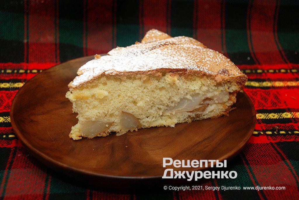 готовий пиріг розрізати на шматки і подавати до чаю або як самостійний десерт