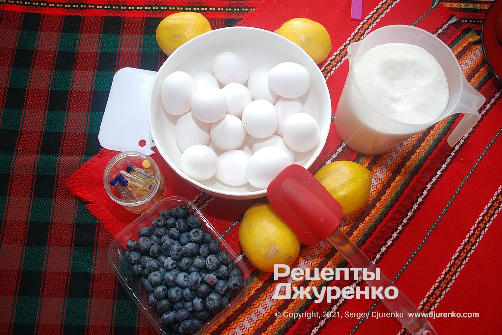 Заздалегідь підготуйте всі інгредієнти для кремів і бісквіта.