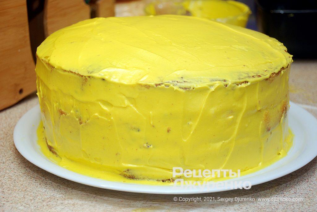 Ретельно змастити верх і боки торта сирним кремом.