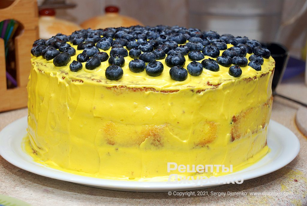Прикрасити торт ягодами лохини.