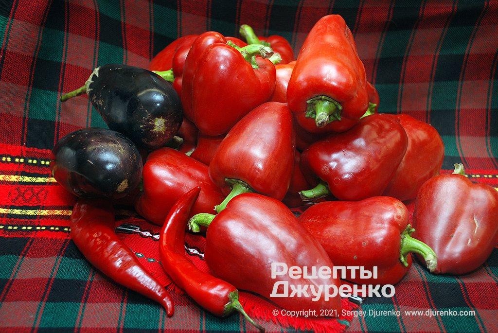 Червоний солодкий перець і овочі для запікання.