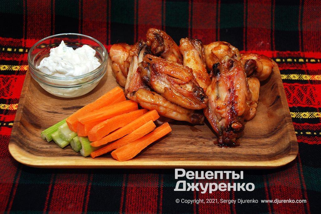 Готова страва Крильця Баффало запечені в солодко-гострому соусі.