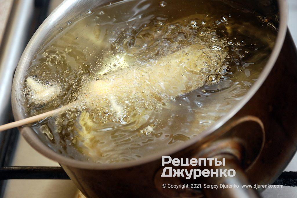 Сразу же опустить сосиску в тесте во фритюр.