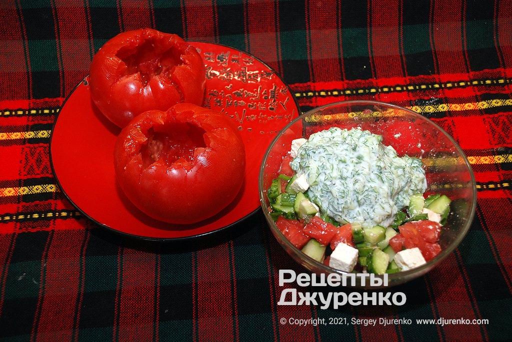 Нафарширувати підготовлені помідори салатом.